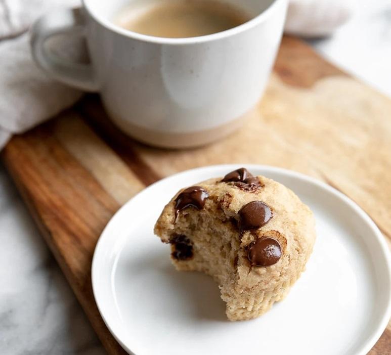 bananen muffins met chocola en kopje koffie