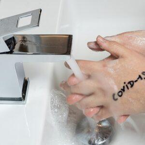 handen wassen om het corona virus weg te wassen