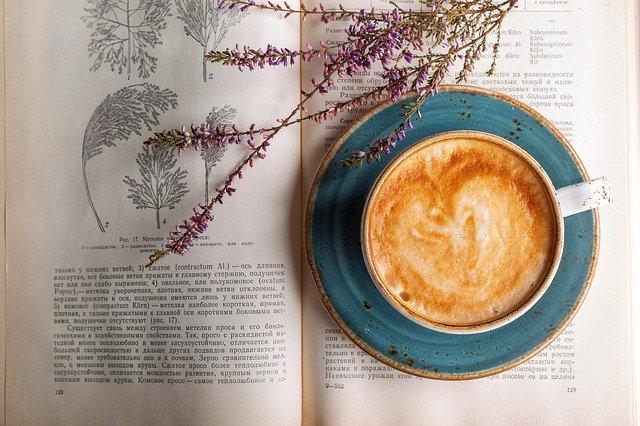 collageenkookboek met een kopje koffie