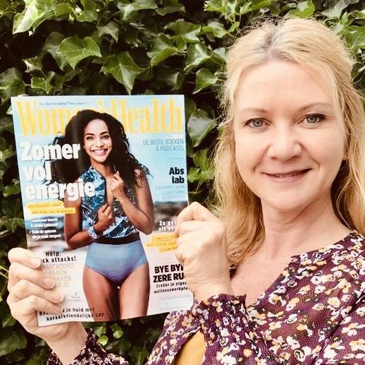 Astrid Koole houdt het magazine Women's Health in haar handen. In de uitgave van juni 2020 staat het collageen kookboek.
