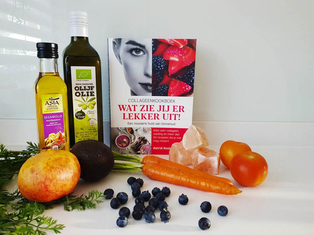 Foto van het collageenkookboek met gezonde voeding ernaast